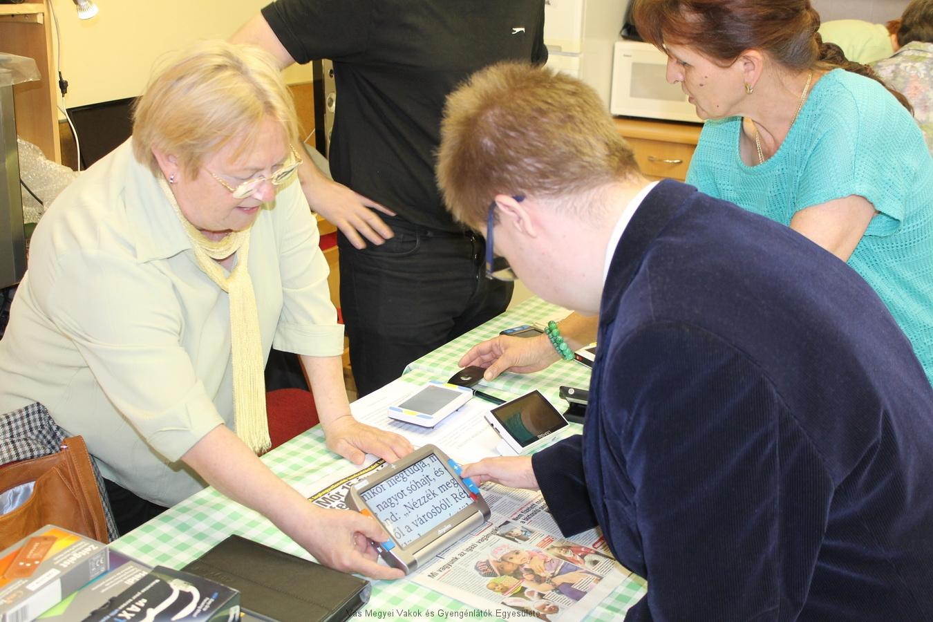 Csiszár Tamás ismerkedik a kézi nagyítóval.