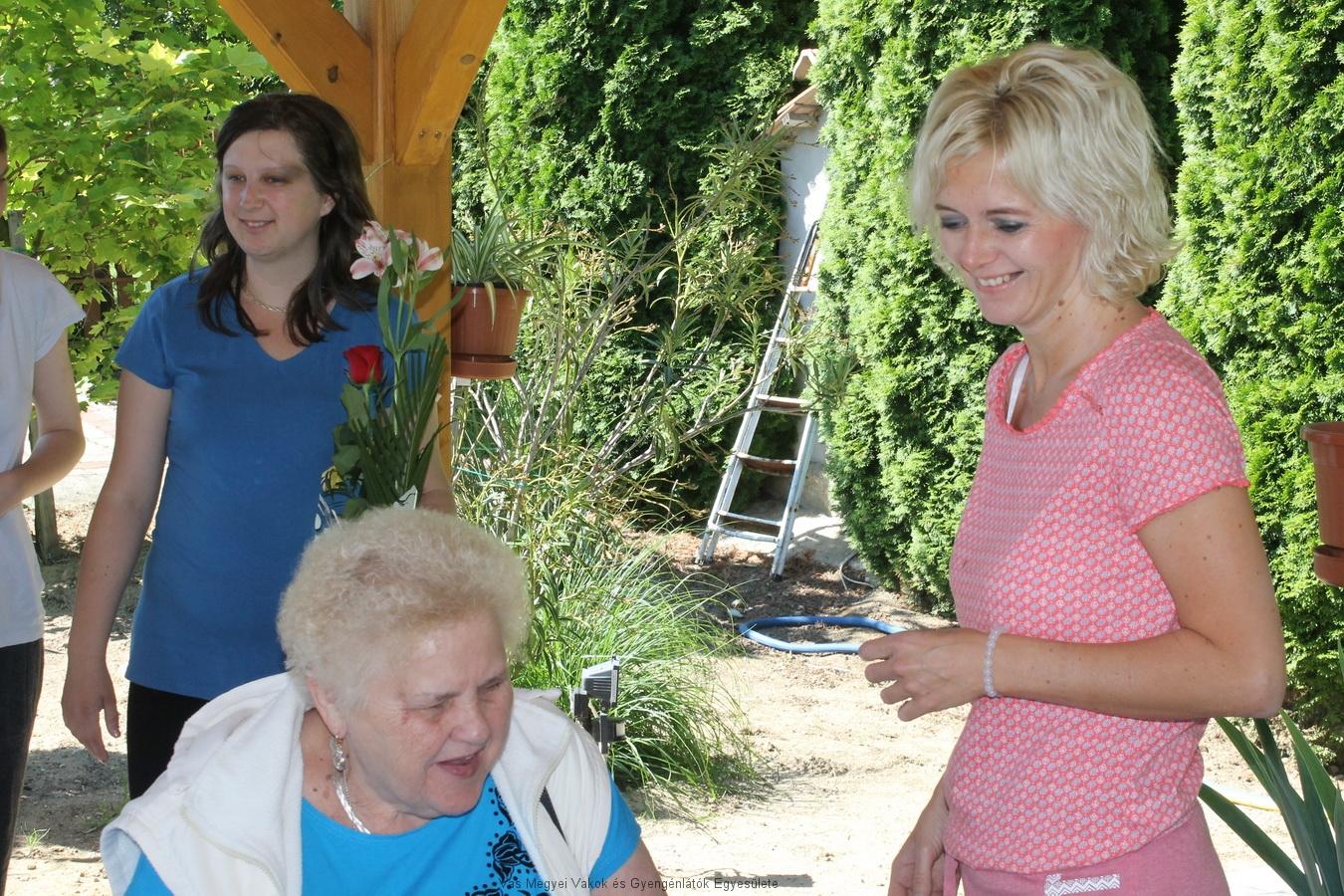 Nagyné Marika a fiatal vendéglátókkal.