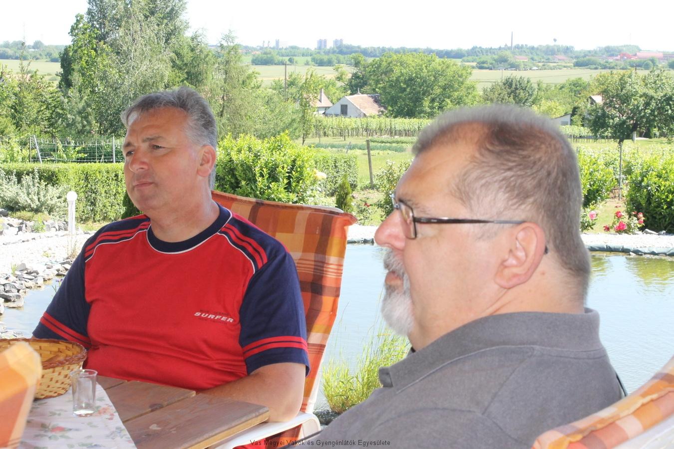 Bősze György és Sebestyén Miklós. Háttérben a tó, és a Ság hegy.