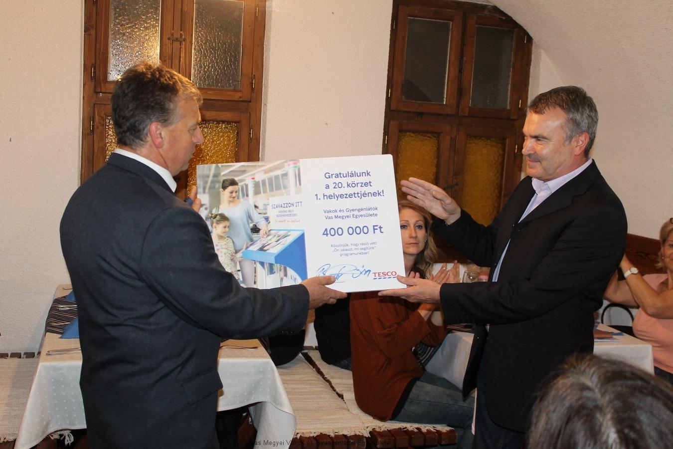 Boda István a Tesco igazgatója átadta Bősze György elnök úrnak a virtuális csekket, amely 400 000 ft-ról szól.