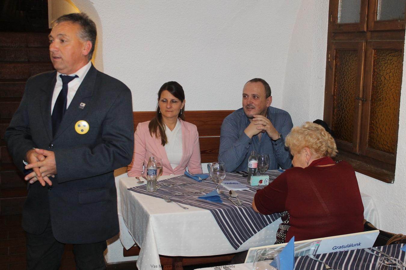 Bősze György elnök úr megnyitja a vacsorát, és elmondja, mire lehet számítani.