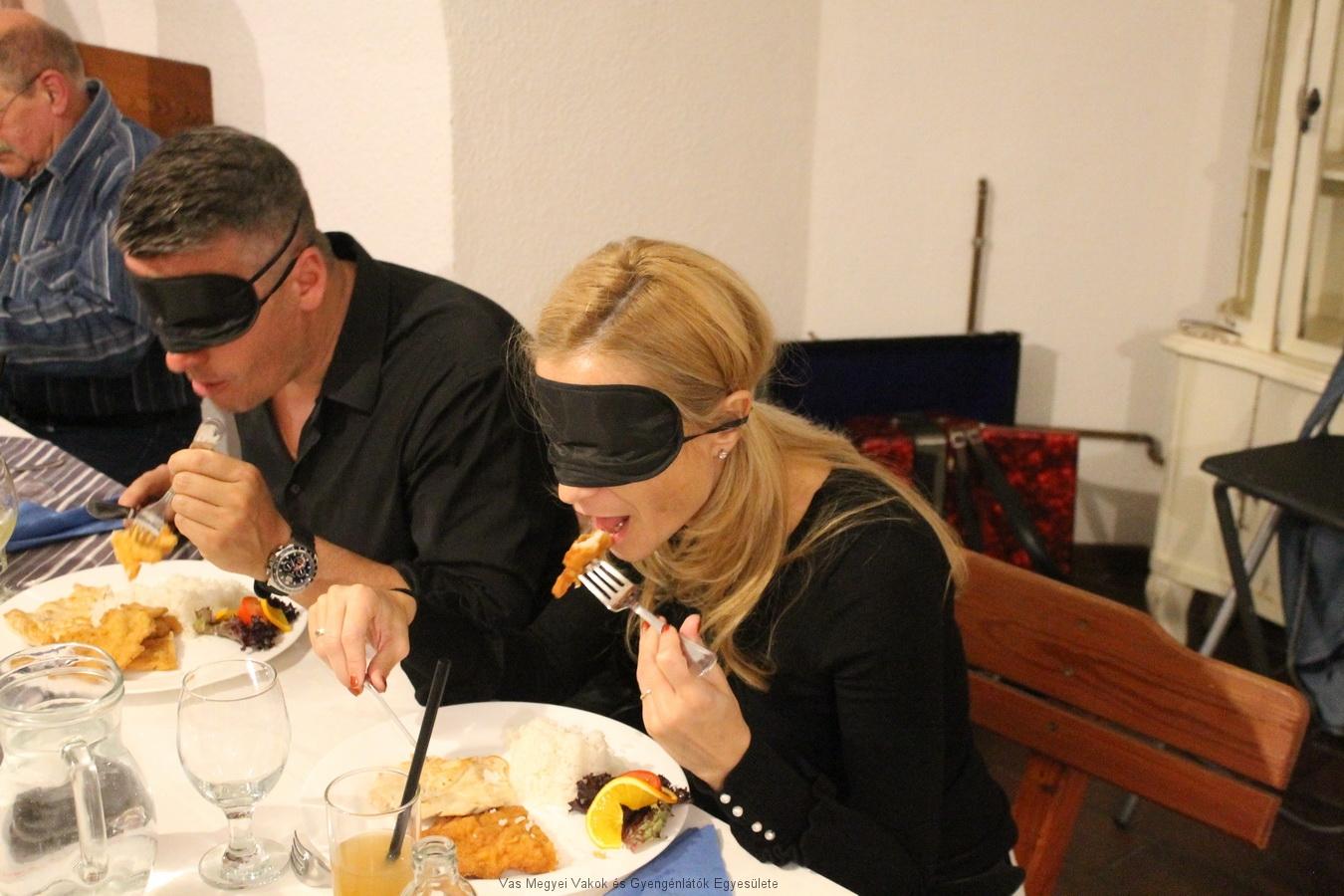 Nem is olyan egyszerű bekötött szemmel késsel-villával enni.