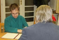 Csiszár Tamás megmutatja az oklevelét.