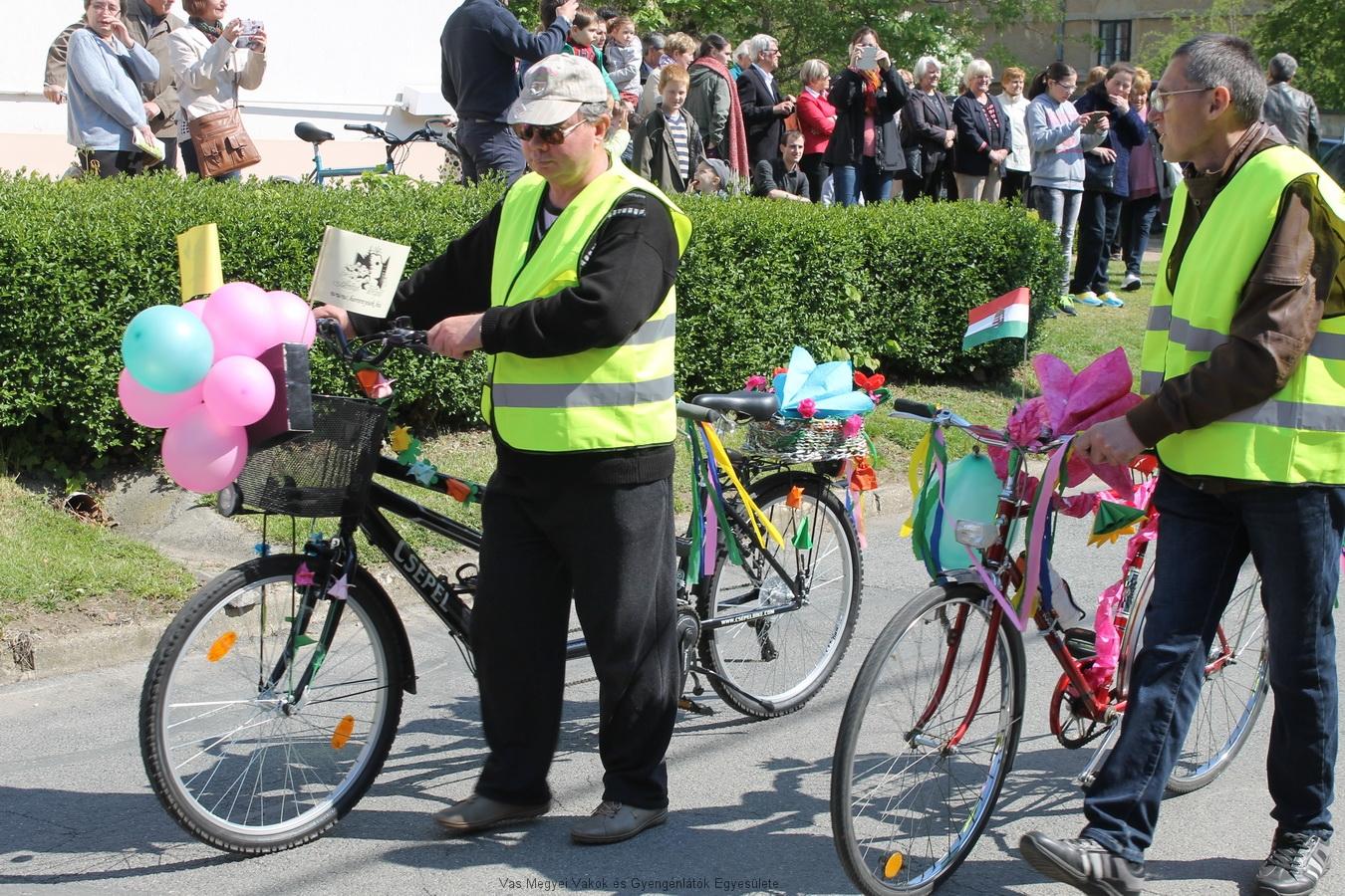 Horváth József és Vörös Lajos a két kerékpárral a felvonuláson. Sok-sok papírvirággal díszítették a kerékpárokat. A Facebookon lehetett a képekre szavazni. A nyertes a 2018-as Virágút arca lesz.
