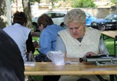 Nagyné Marika a Braille írógéppel.