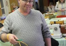 Józsi útra készen, kezében a kosárkával, amibe a tojásokat gyűjtheti.