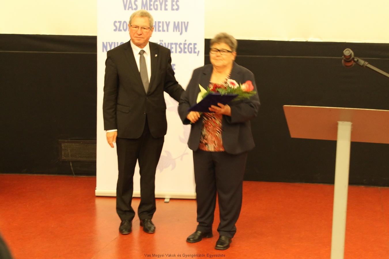 Hugi átvette az elismerést a polgármester úrtól.