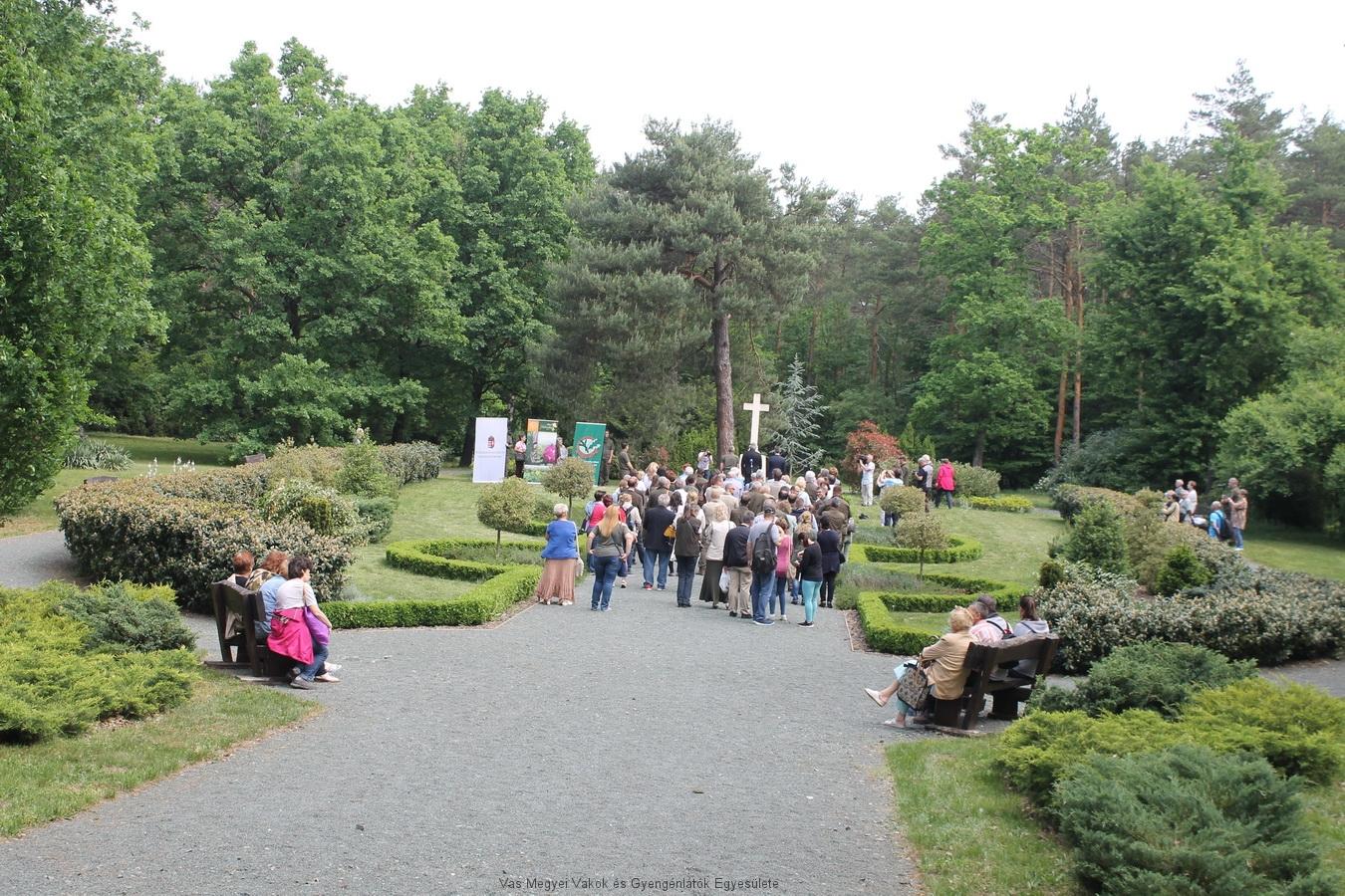 A megnyitó ünnepség az Ambrózy Sírkertben volt.