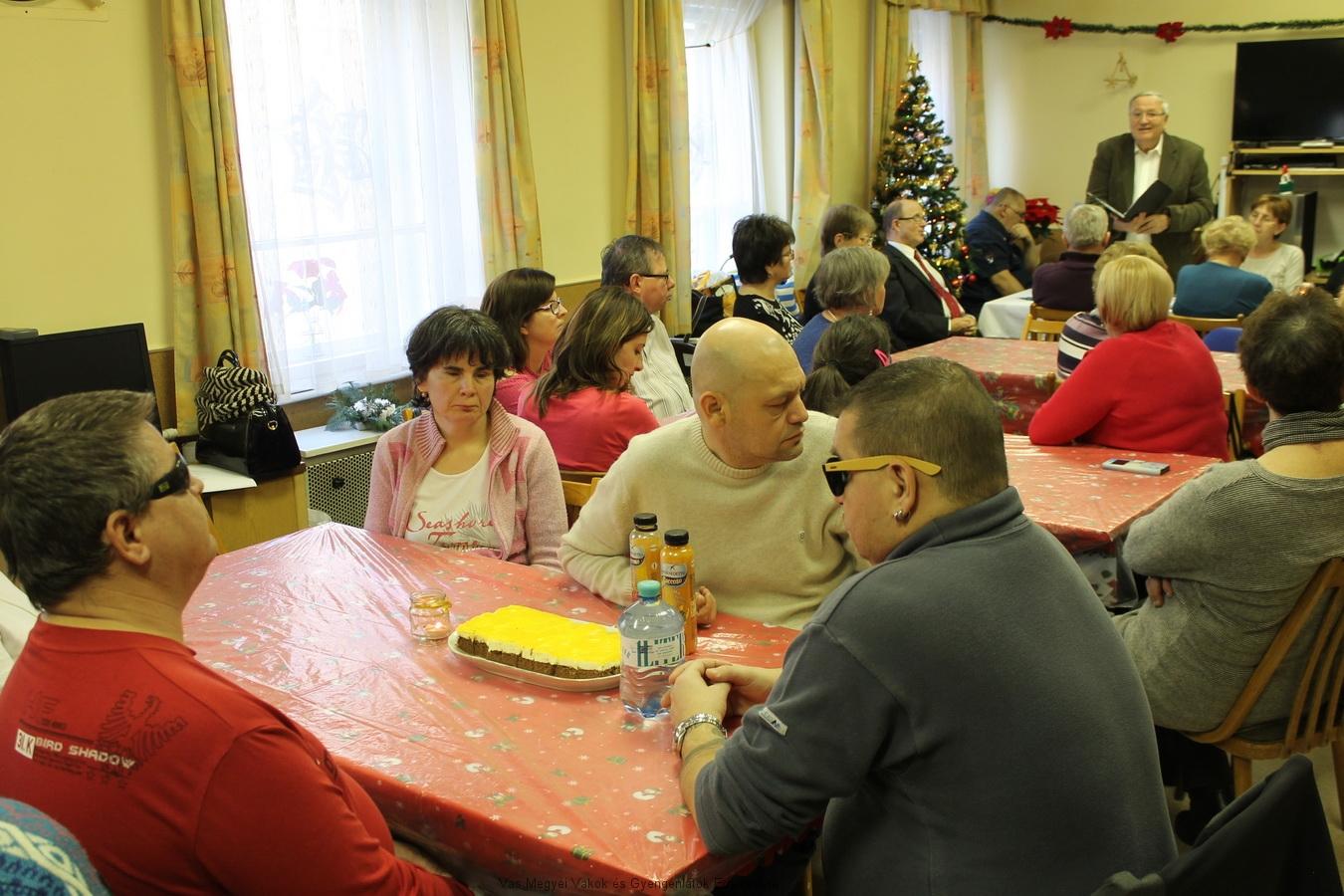 Sokan eljöttek a karácsonyi ünnepségre. Csider Sándor felolvassa költeményeit.
