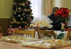 A karácsonyfa alá került a tagság részére készített meglepetés. (szaloncukor és narancs)