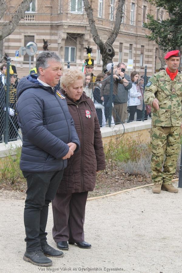 Az Elnök Úr és az Alelnök asszony elhelyezi az emlékezés koszorúját Horvát Boldizsár szobránál.