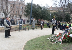 Az egyesület részéről Bősze György elnök és Nagy Lászlóné Marika alelnök helyeztek el koszorút a szobornál.