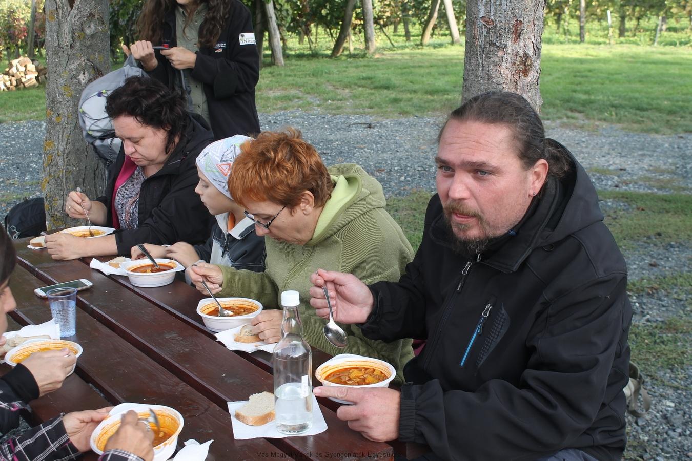 Elkészült a bográcsétel. A meósok jó étvággyal megették, és dicsérték a VakMerő szakácsok munkáját.