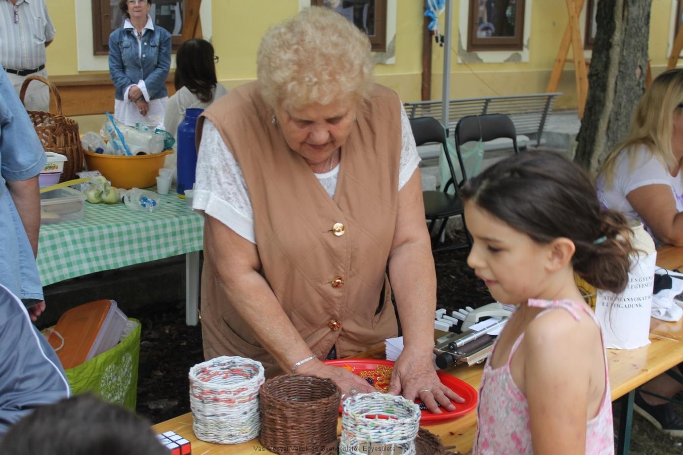 Réka gyöngyfűzése, és a papírkosarak Nagyné Marikával.