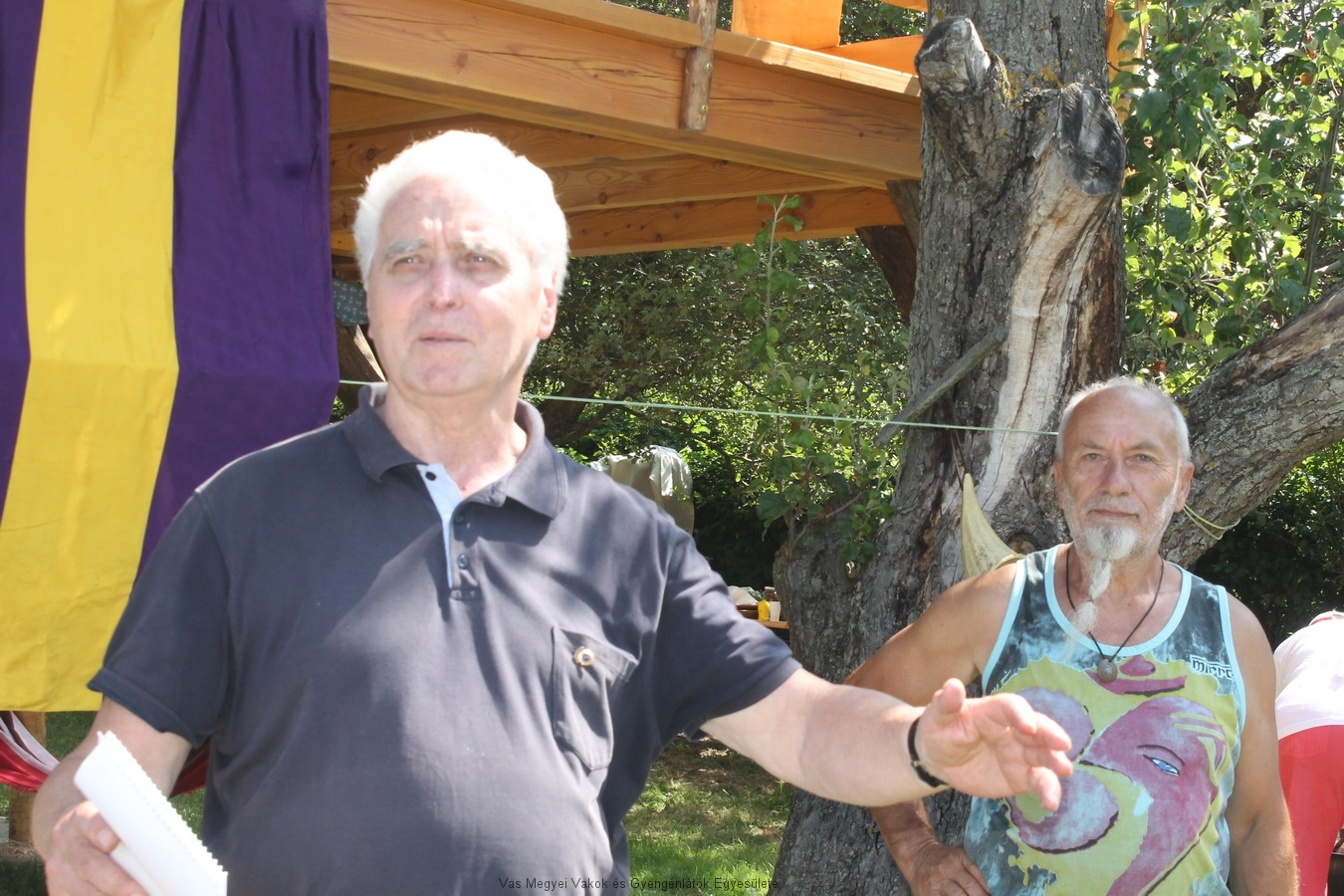 Zsámboki Árpád megnyitja a 9-dik Mesterszakács főzőversenyt. Mellette Nagy Gábor, a Nagy vendégház gazdája, és vendéglátónk.