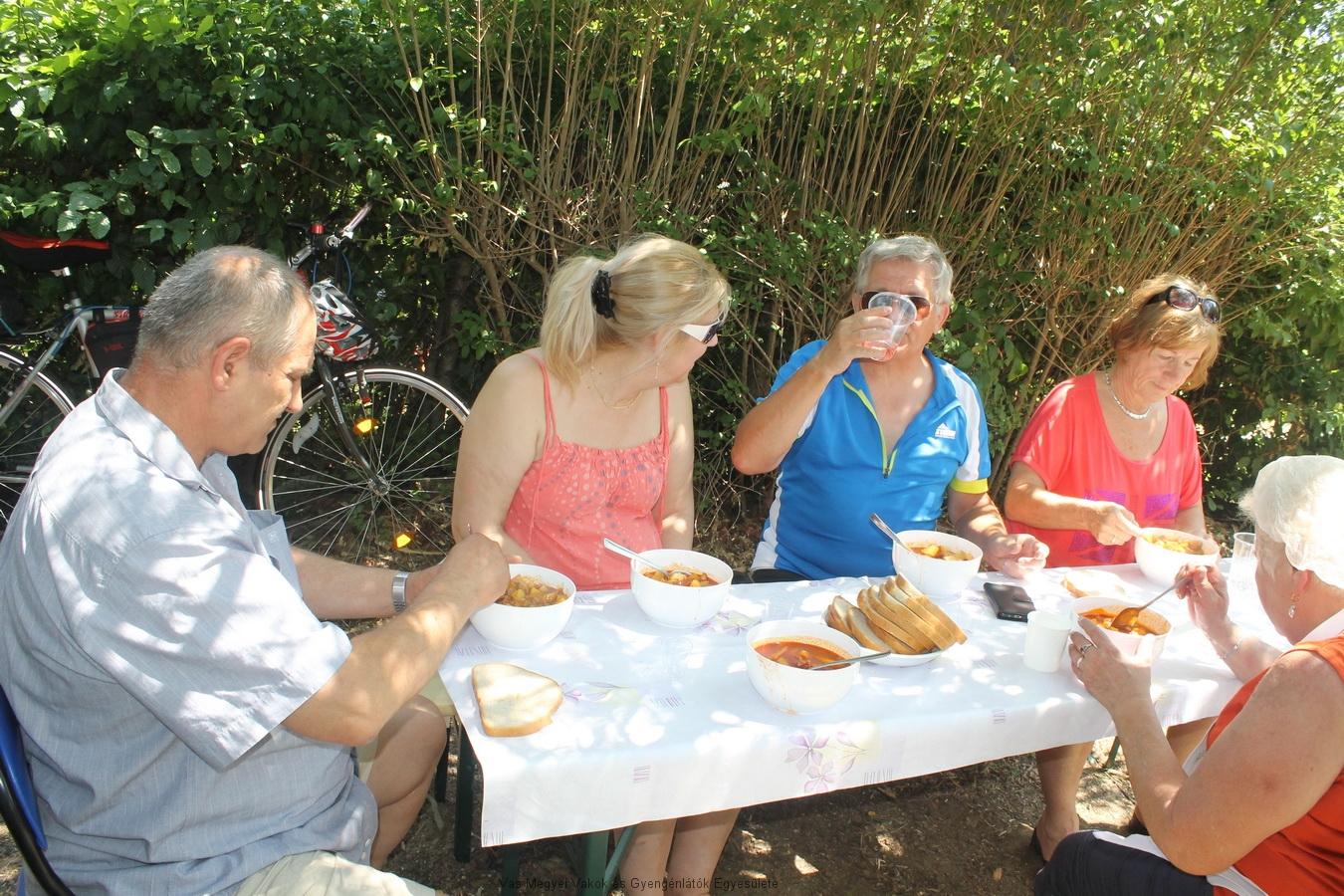 Egyesületünk tagjai jóízűen elfogyasztják a finom, ízletes pincepörköltet.