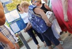 A buszmegállóban gombnyomásra felolvassa a busz-menetrendet az elektromos információs tábla