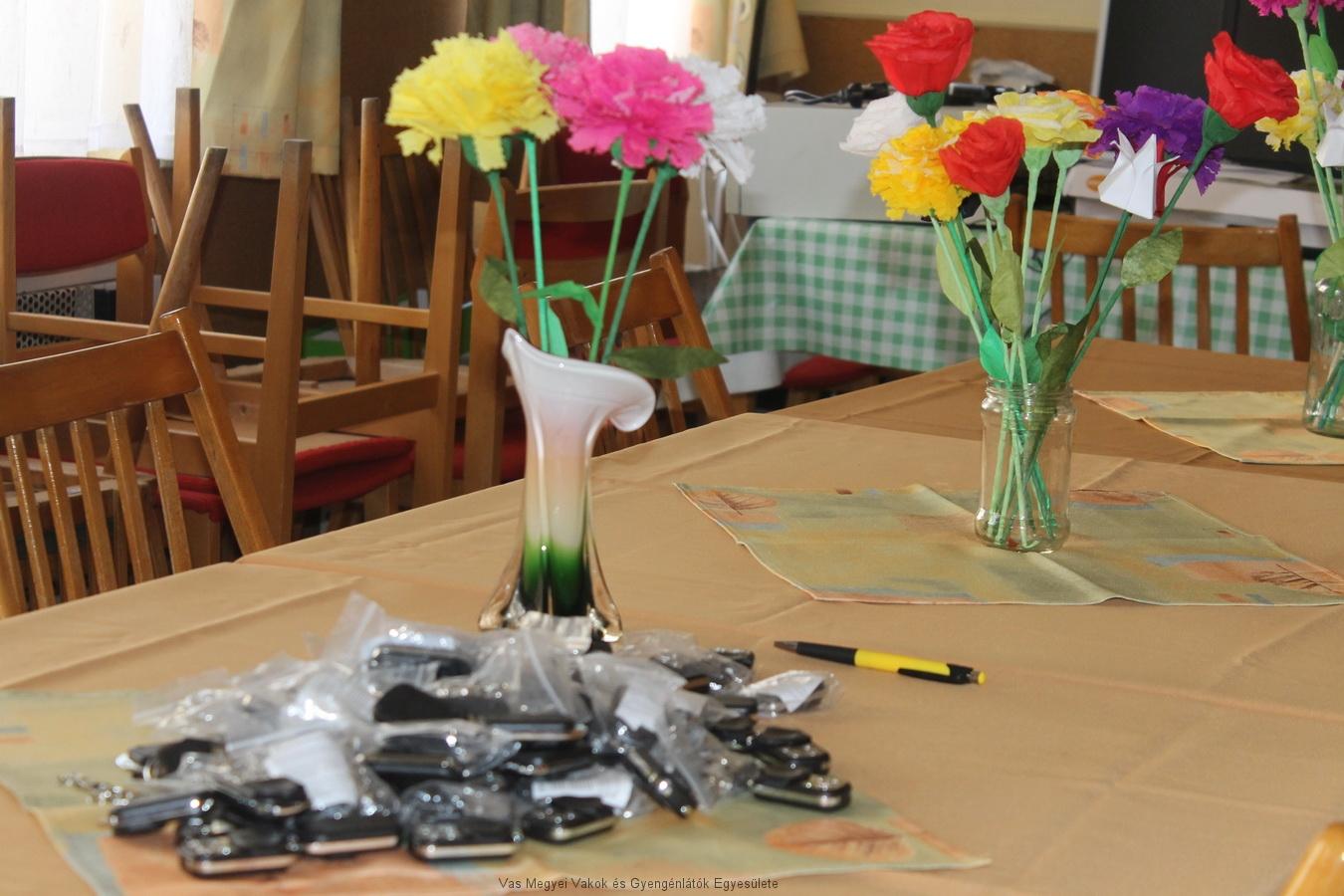 Asztalon a távkapcsolók.