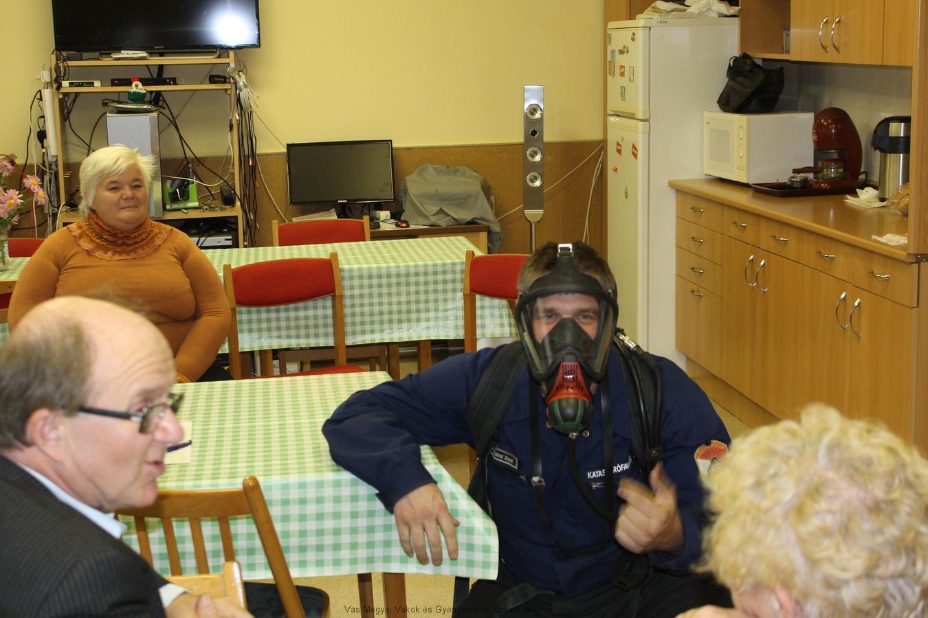 Amikor a maszk rajta van a tűzoltón, egészen más, rémisztő a hangja.