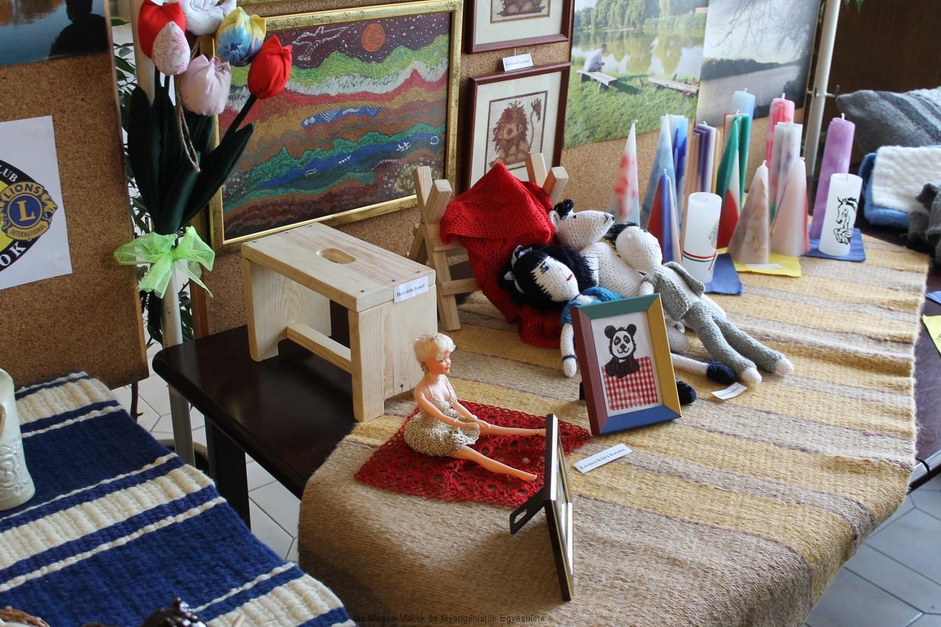 Horváth József készítette kis sámli és fűrészbak. A képen még láthatóak horgolt babák, képek, gyöngyből fűzött nyakláncok,melyeket mások készítettek.