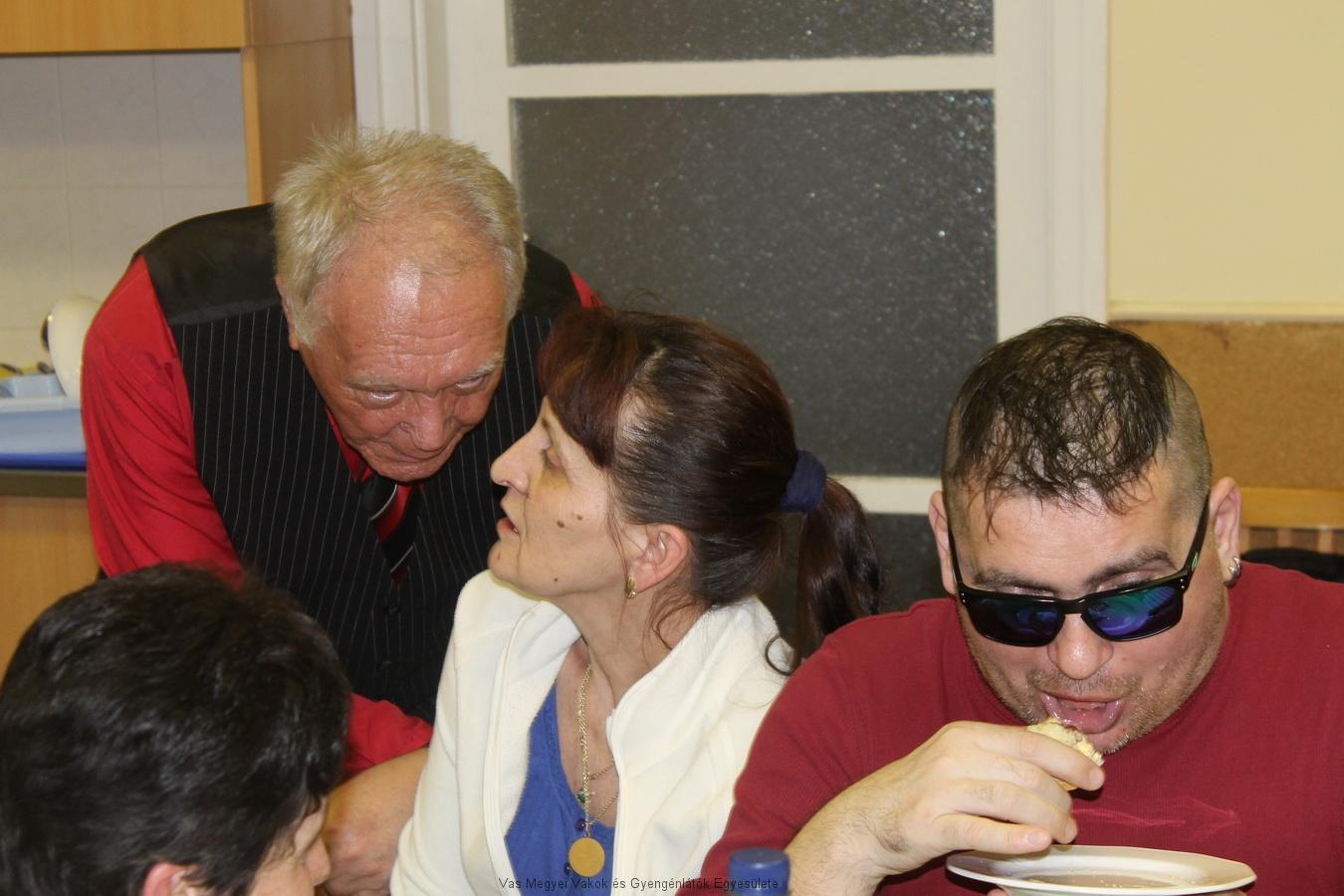 Goda István és Annamari, Csiszár Tamás anyukája beszélgetnek. Goda István gratulál Tamás eredményéhez, hiszen Tamás nyerte a NAIH pályázatát. A képen még Varga Olivér látható.