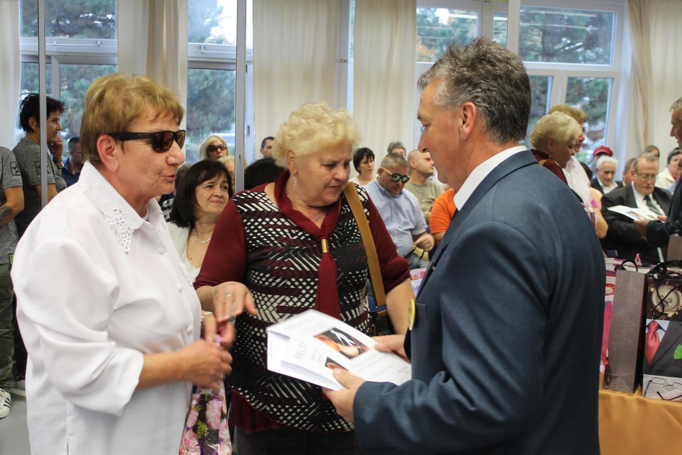 Bősze György elnök úr és Nagy Lászlóné Marika alelnök asszony oklevéllel és ajándékcsomaggal köszönték meg a VGYVE tagjainak, támogatóinak a munkáját. A képen  Vargyas Réka veszi át az elismerést tőlük.