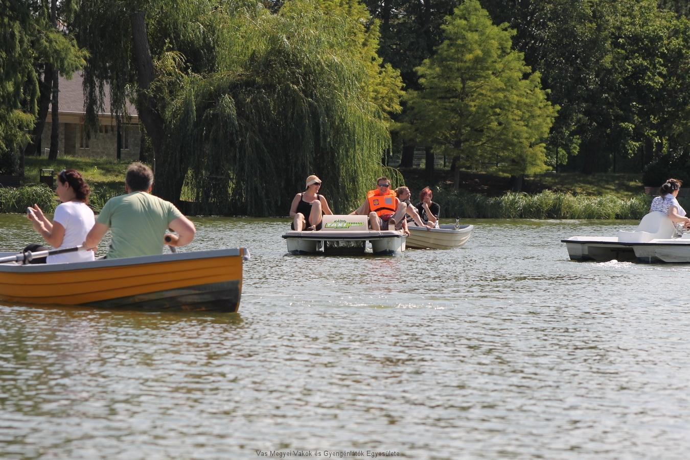 Tagjaink csónakázhattak vagy bizibiciklizhettek a Csónakázó tavon