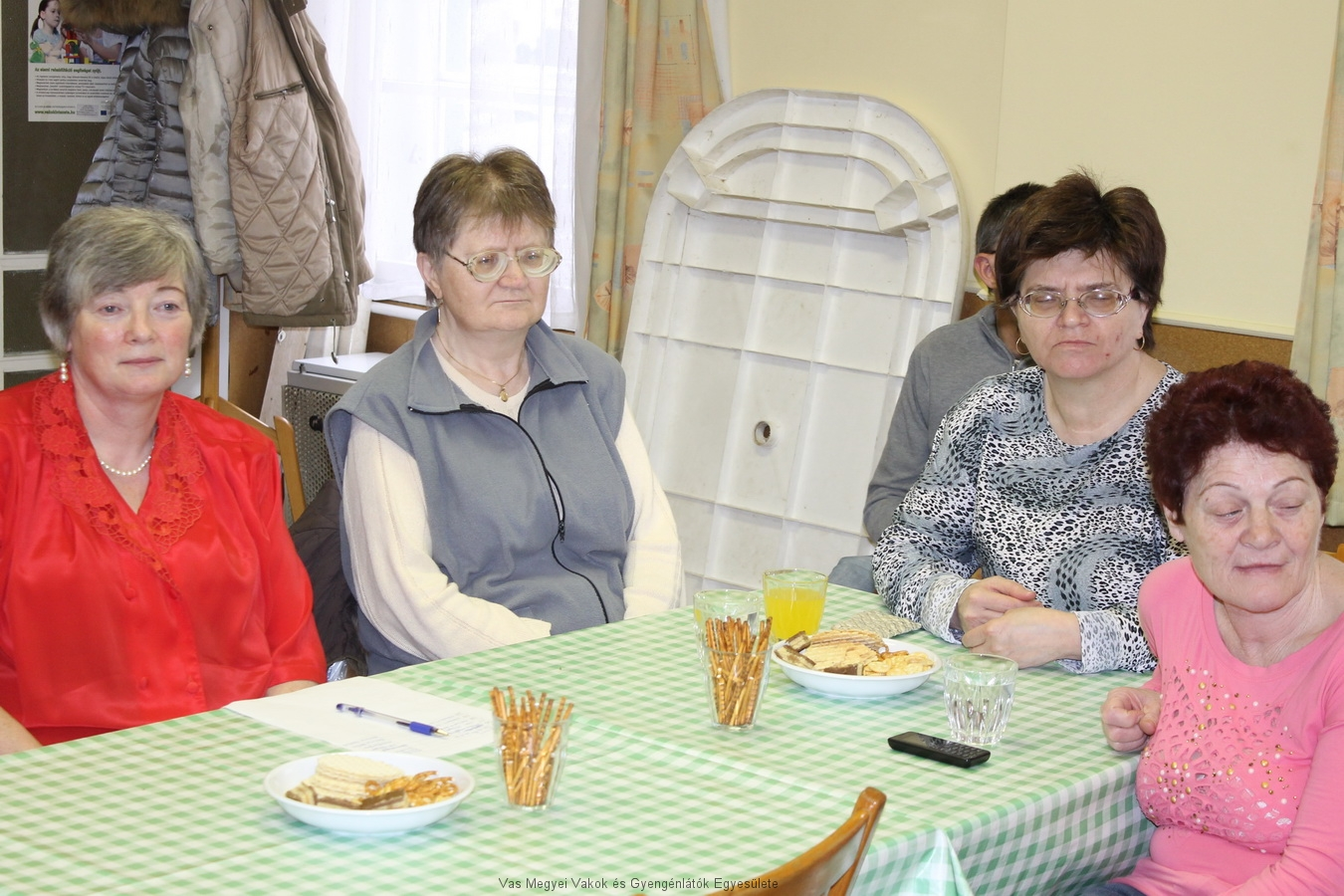 Vassné Verácska társaságában a Kőszegről érkezett tagjaink. Az asztalon sütemény, ropi.