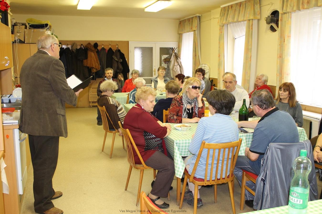 Egyesületünk tagjai ülnek az asztaloknál, és hallgatják Csider Sándort.