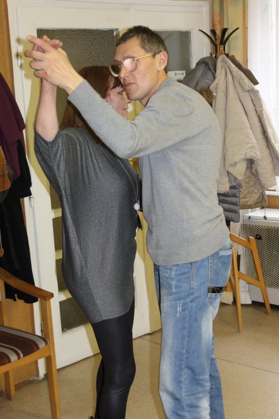 Vörös Lajos és Gyöngyvér táncolnak.