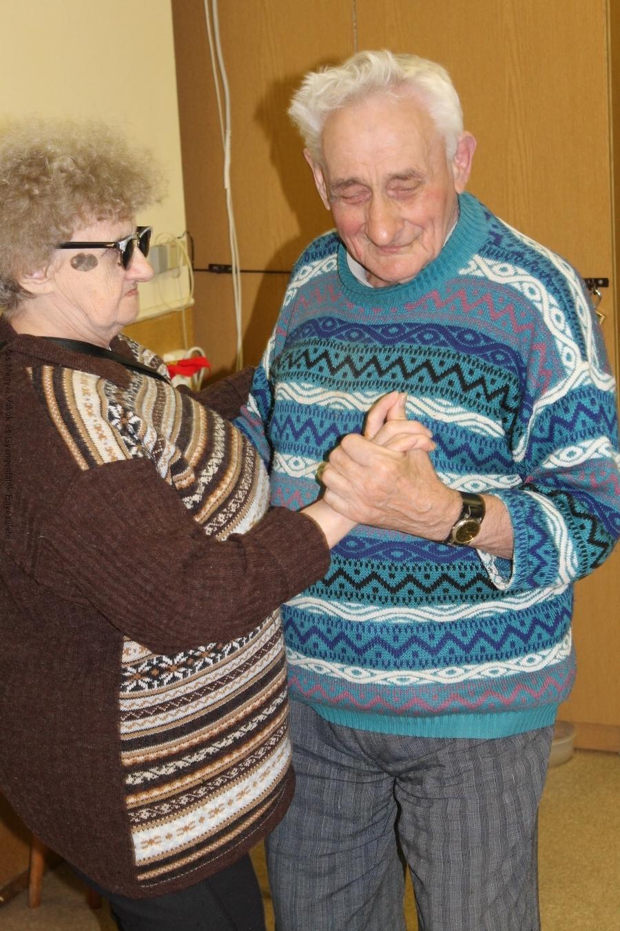 Irénke és Béla táncolnak.