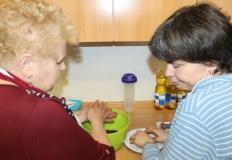 Nagy Lászlóné Marika és Kertészné Vargyas Réka készíti a süteményt. Ezzel a finomsággal várják az ünneplőket.