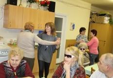 Kovácsné Szemes Gyöngyvér, az egyesület könyvelője, és még néhány tagunk táncol. A többiek hallgatják a nótázást.