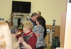 A tagok vidáman táncolnak.