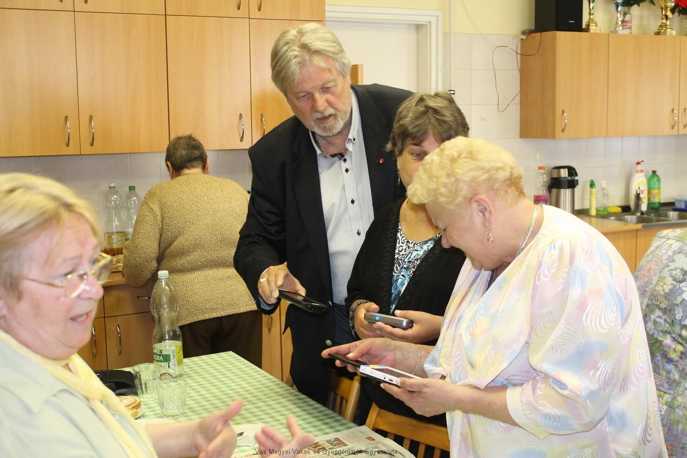 Nagyné Marika, Kalmár Csilla és Márkus Árpád a kézi nagyítót próbálják.