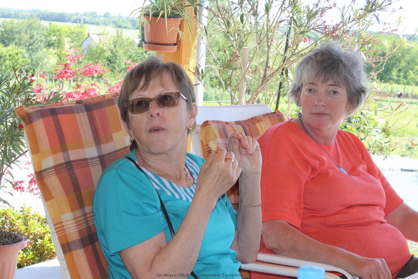 Kinszlerné Zsuzsa és Vassné Verácska ülnek a nyugágyban, és élvezik a táj szépségét, nyugalmát.