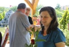 Fiatal vendéglátónk az átadott virággal.