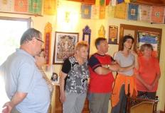 A vendégszobában a falakat tibeti imazászlók díszitik.