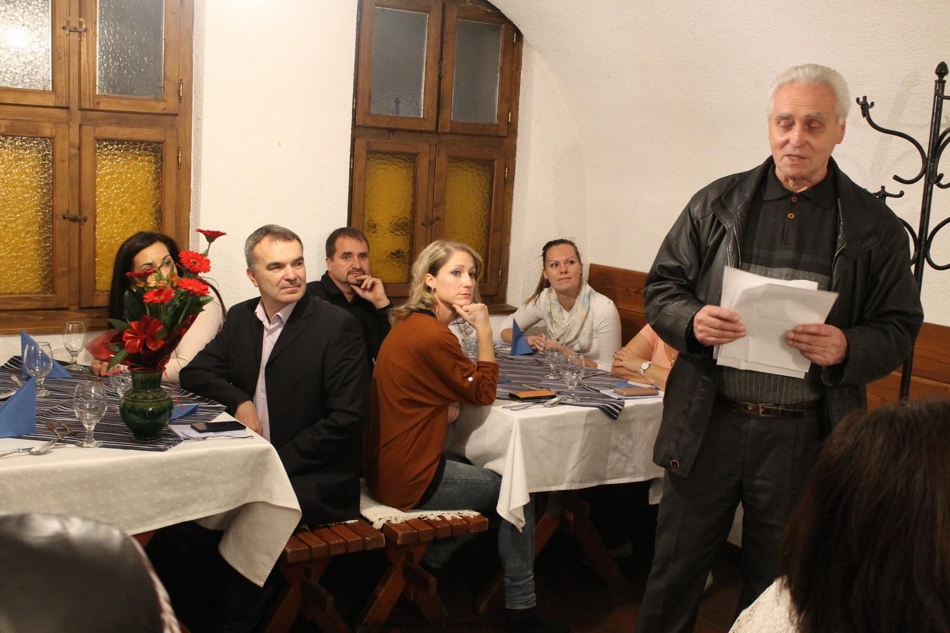 Zsámboki Árpád létszámot ellenőriz, és köszönti a vendégeket.
