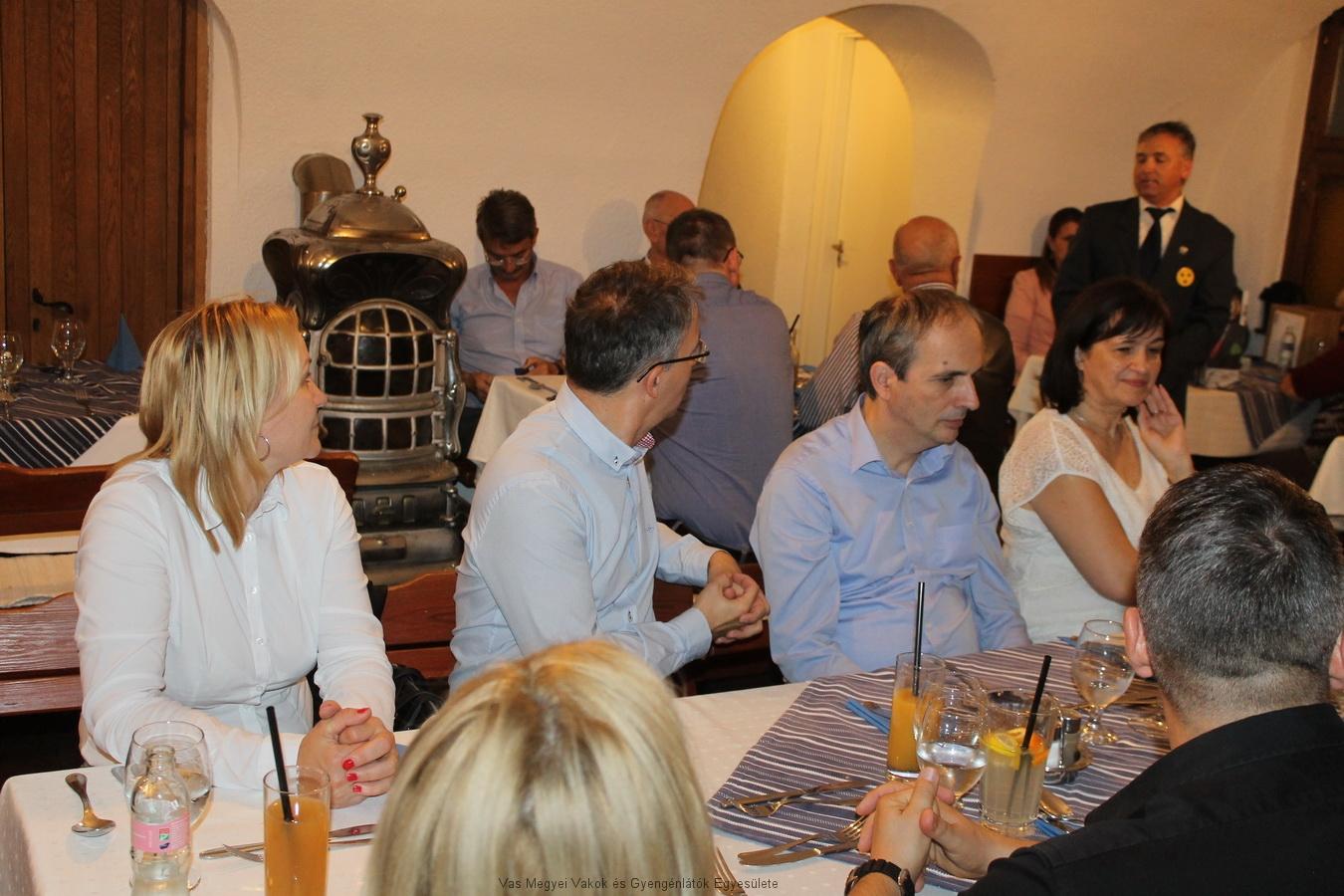 A vacsora vendégei olyan szakemberek voltak, akik valamilyen formában látás korlátozott emberekkel foglalkoznak.