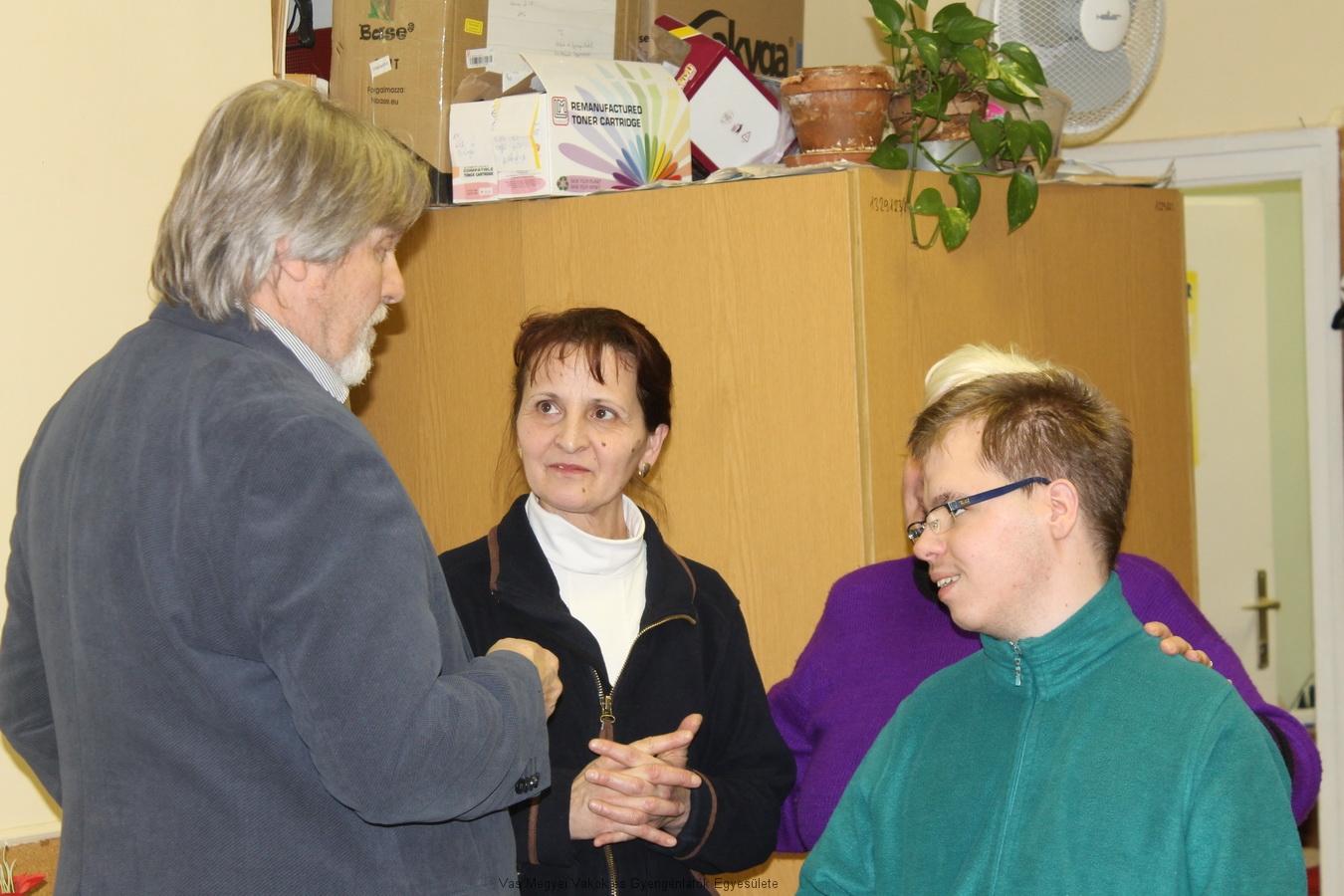 Márkus Árpád elmondja Csiszár Tamásnak és anyukájának, hogy a LIONS klub figyelemmel kíséri azokat a látássérült fiatalokat, akik valamilyen kiemelkedő teljesítményt nyújtanak.