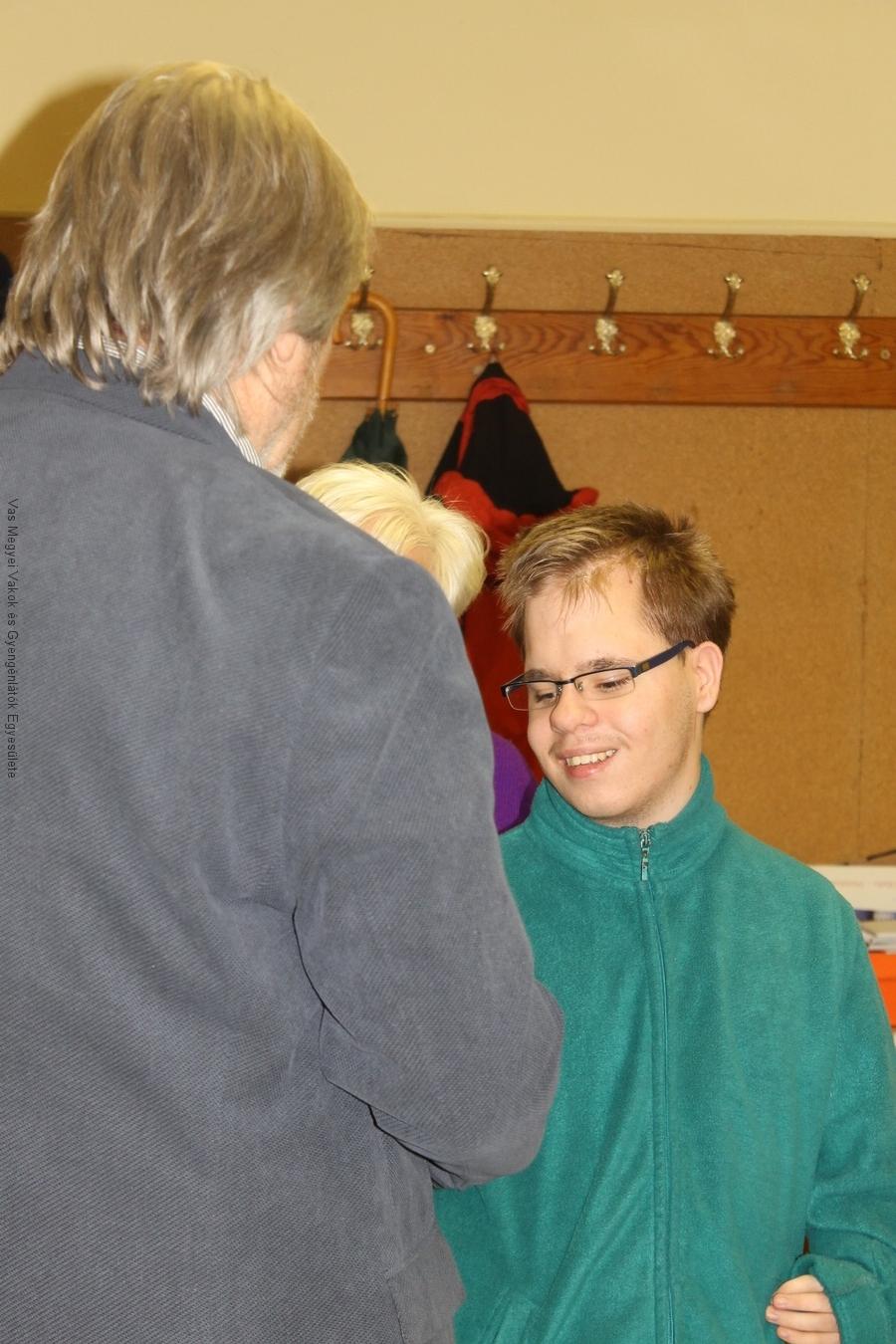 Csiszár Tamás, a KDG diákja, 16 éves. Fogadja Márkus Árpád elismerését.