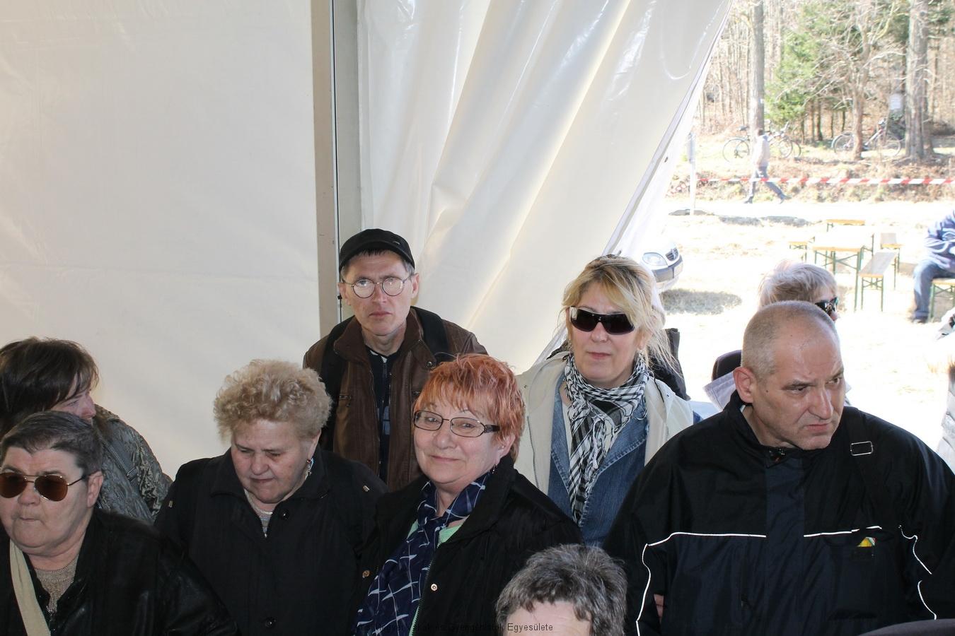 A rendezvénysátorban hallgatja a társaság az Ünnepi megnyitót, melyet Virág János polgármester mondott.