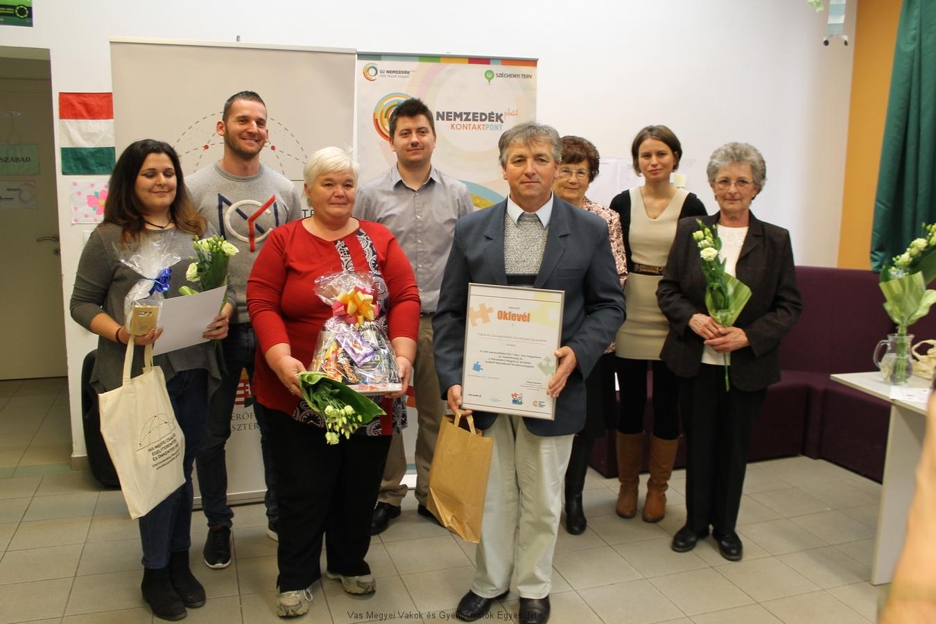 A díjat 5 magánszemély és Egyesületünk kapta az idén. Csoport kép a díjazottakkal és a díjátadókkal.