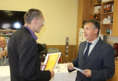 Több tagunk is elismerő oklevélben részesült az éves munkája elismeréseként. A képen Vörös Lajos tagtársunk veszi át az oklevelet Bősze György elnök úrtól.