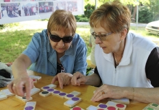 A vakos játékokkal egyesületünk tagjai is szívesen játszanak.