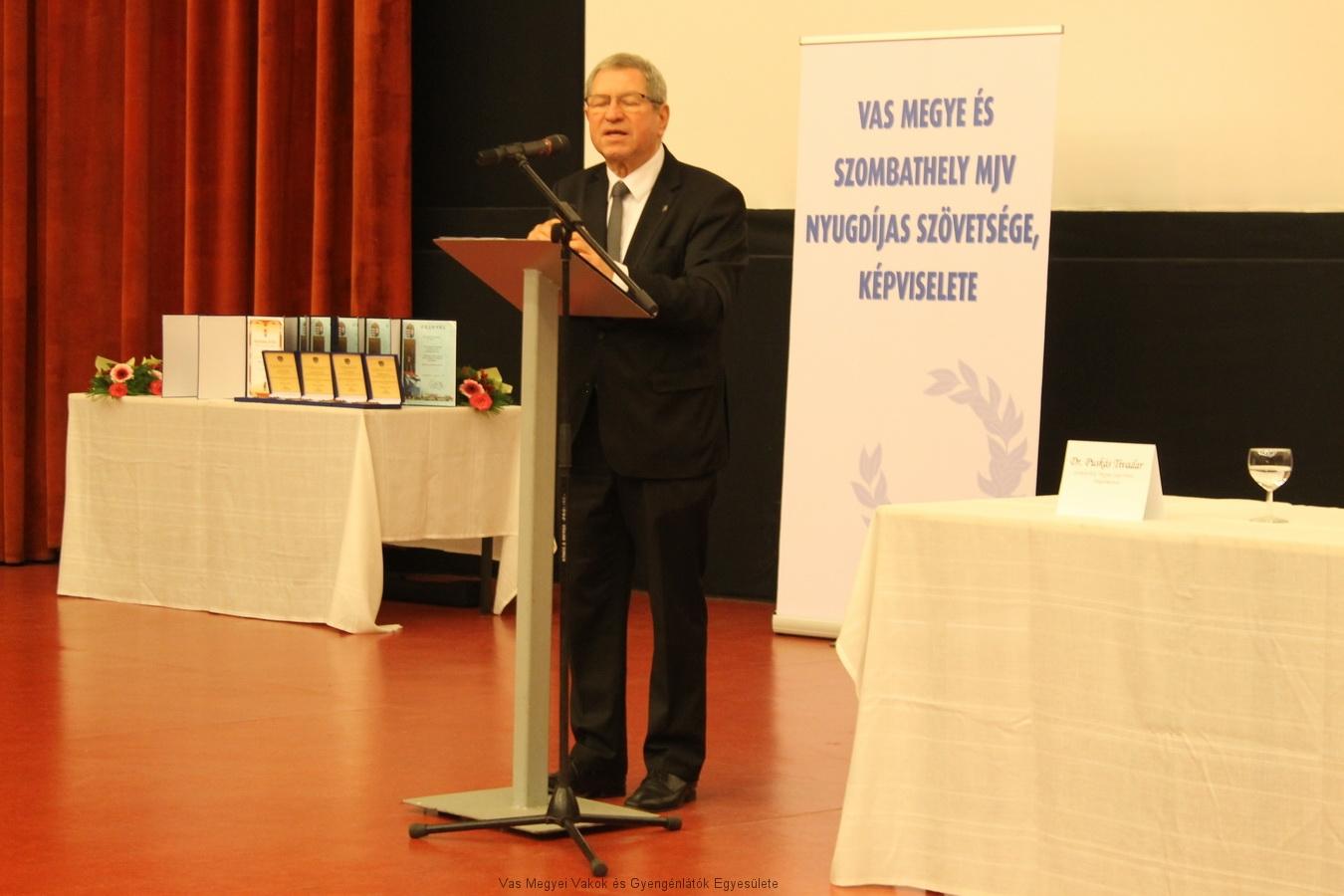 Dr. Puskás Tivadar ünnepi beszédet mond.