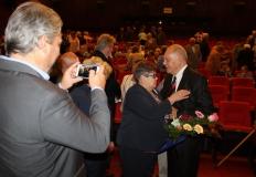 Goda István, volt egyesületi elnök úr gratulál Huginak.