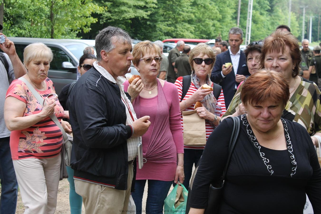 A megnyitó vendégei elemózsiás zacskót kaptak pogácsával, almával és vízzel.