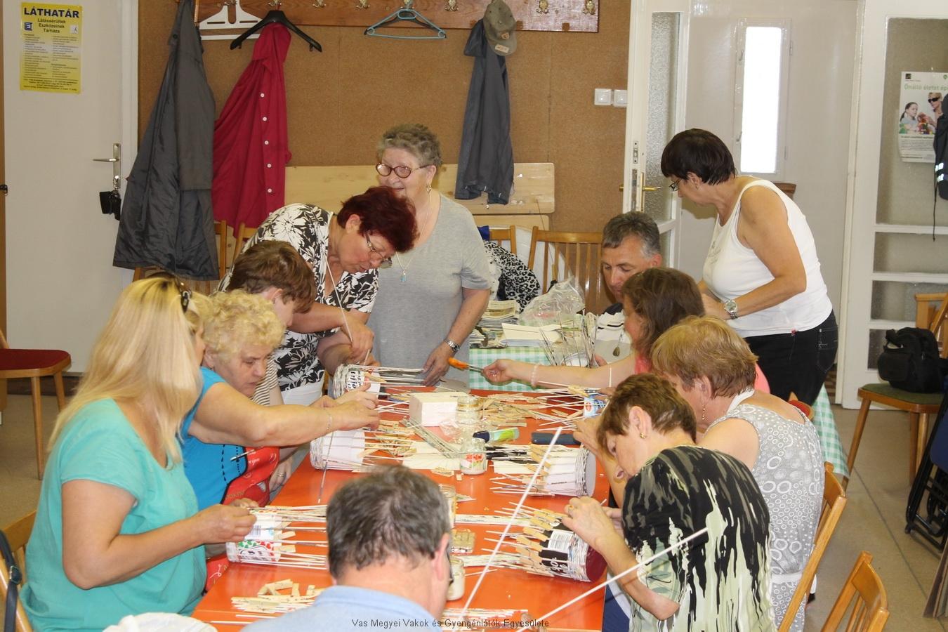 A Kézműves klubban készül a papírkosár.